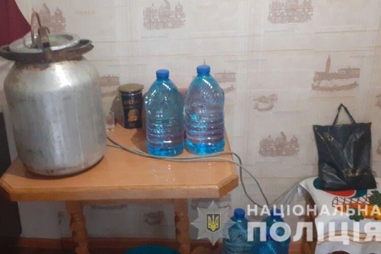 Учора на Рівненщині поліцейські знищили 27 літрів самогону
