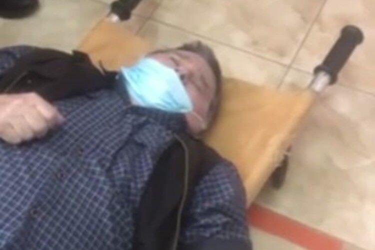 Замовляли пиріжки: чоловік помер у коридорі лікарні, бо медики не мали часу йому допомогти (Відео моменту)