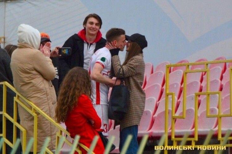 Футболіст «Волині» освідчився дівчині після матчу