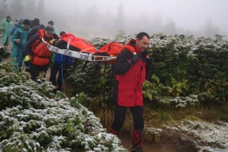 У Карпатах під час спуску із засніженої Говерли травмувалася туристка