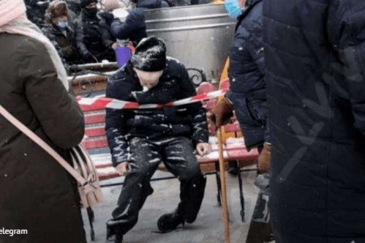 Під час святкової літургії біля церкви на лавочці помер чоловік