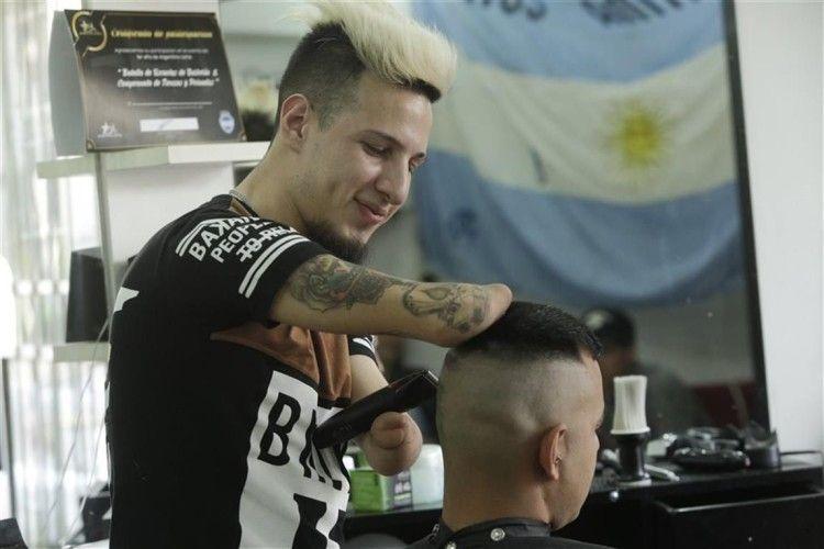 У перукаря немає… рук