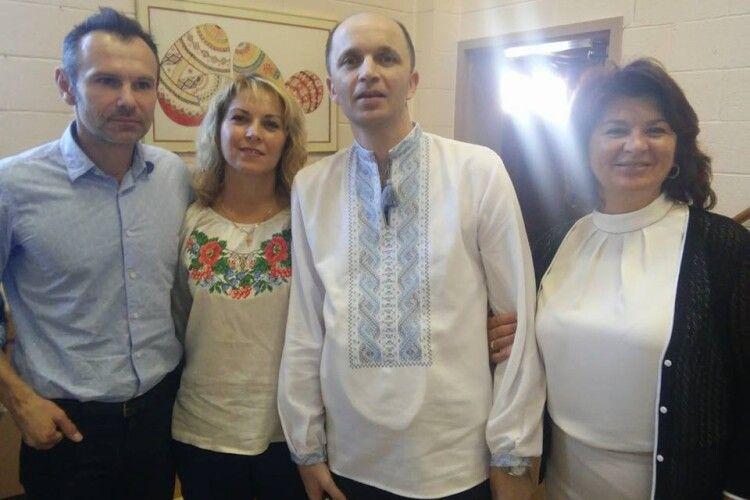 Мама загиблого волинського воїна просить поновити стенд з портретами героїв