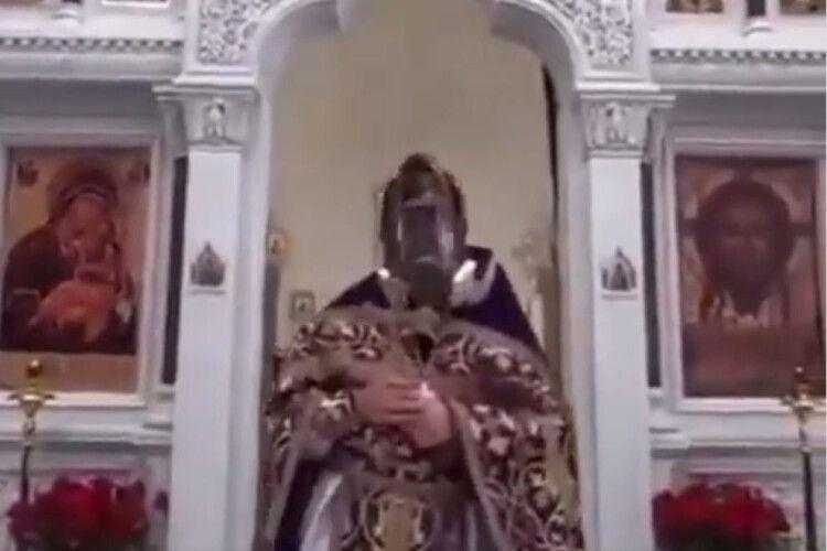 Священник РПЦ в противогазі: «Вимкніть телевізор, і ніякого коронавірусу не буде»