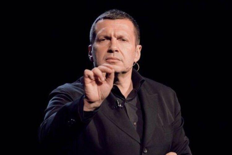 Путінському пропагандисту Соловйову у прямому ефірі білорус показав член (Відео 18+)