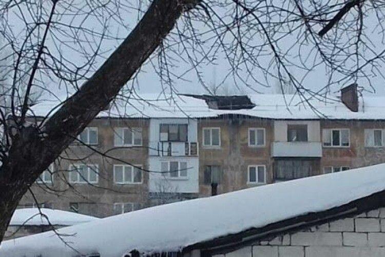 У багатоквартирному будинку Луцька обвалюється дах