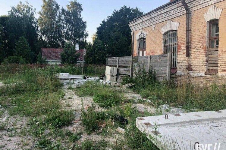 Місце дитячих забавок та наркопритон: що відбувається в недобудованій казармі у Володимирі