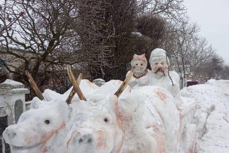 Подружжя на волах: чоловік зліпив зі снігу незвичайні фігури (фото)