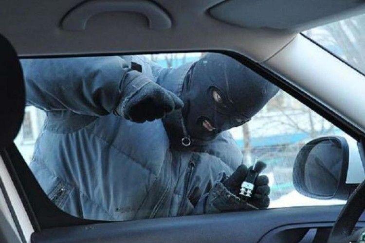 Волиняни йшли і... незамкнений автомобіль знайшли. А в ньому... гранати!