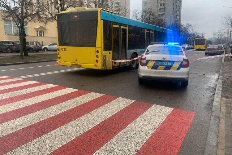Пасажирський автобус на швидкості зніс пішохода на «зебрі»: момент потрапив на відео