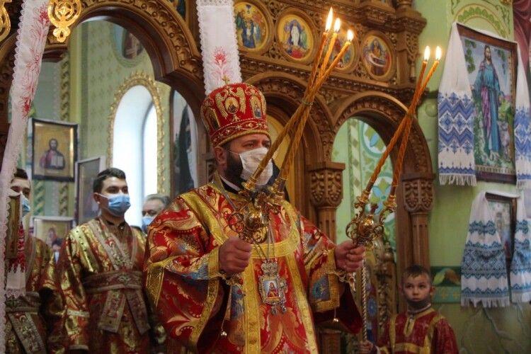 На Параскеви-П'ятниці митрополит Луцький і Волинський Михаїл празникував у Чарукові (Фото)