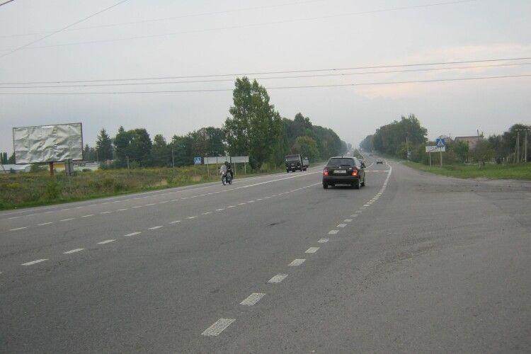 Патрульні врятували чоловіка, який лежав непритомний на трасі «Луцьк-Рівне»