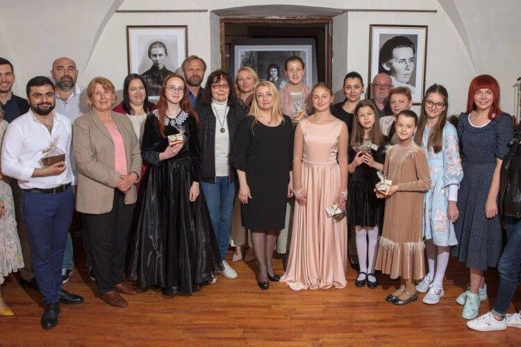Юні музиканти з Луцька заграли улюблені мелодії Лесі Українки в її будинку