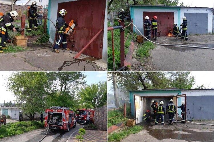Щоб загасити пожежу, рівненським рятувальникам довелося зрізати двері гаража