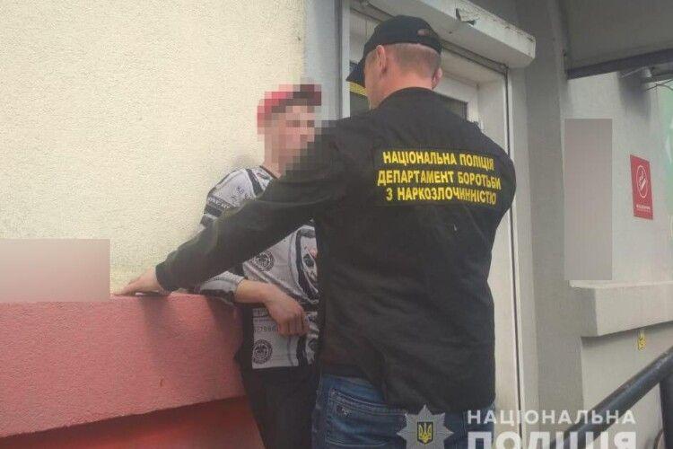 У Благодатному поліцейські затримали чоловіка з психотропом