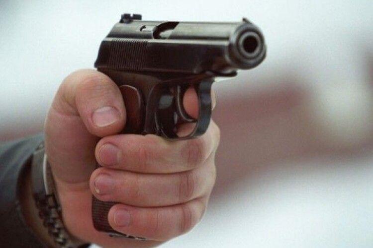 Пішохід на переході обстріляв автівку: поліція шукає стрілка