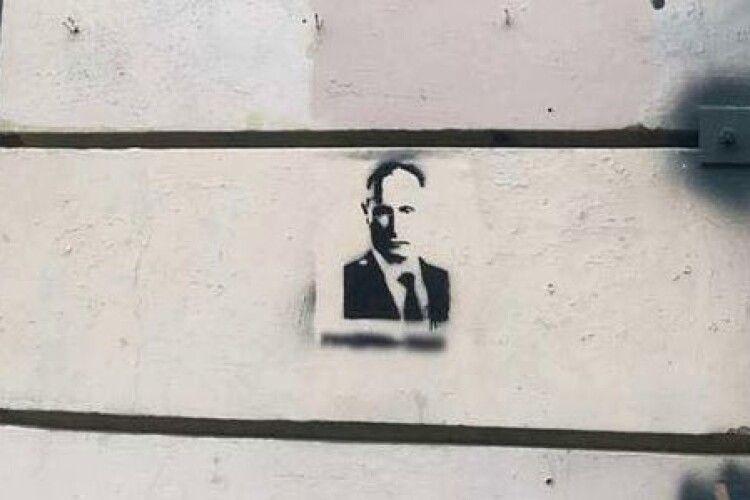 У Росії суд визнав вандалами і терористами двох киргизів, Ісломбека та Мухаммадазіза, які намалювали на стіні Путіна