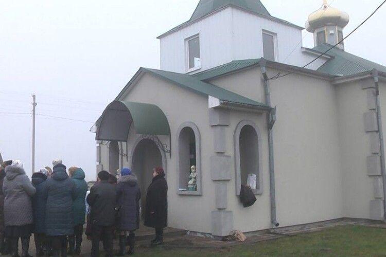 На Волині віряни, які пішли від скандального священника, пів року моляться на вулиці