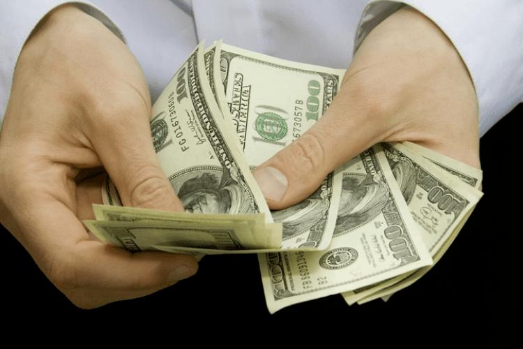 Директорам львівських шкіл збільшили зарплату до тисячі доларів