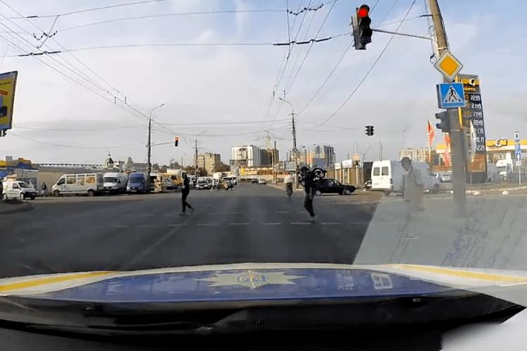 У Луцьку покарали велосипедиста, який поїхав на червоне світло (Відео)