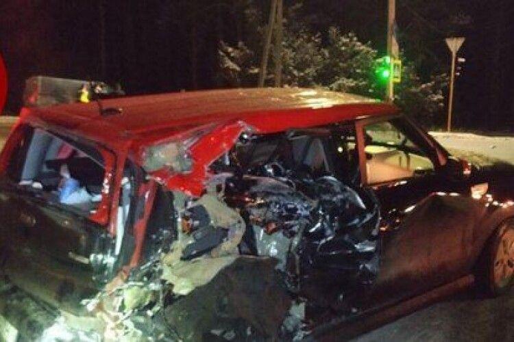 Автівки перетворилися на брухт: п'яний водій врізався в легковик, де була сім'я з немовлям (Фото)