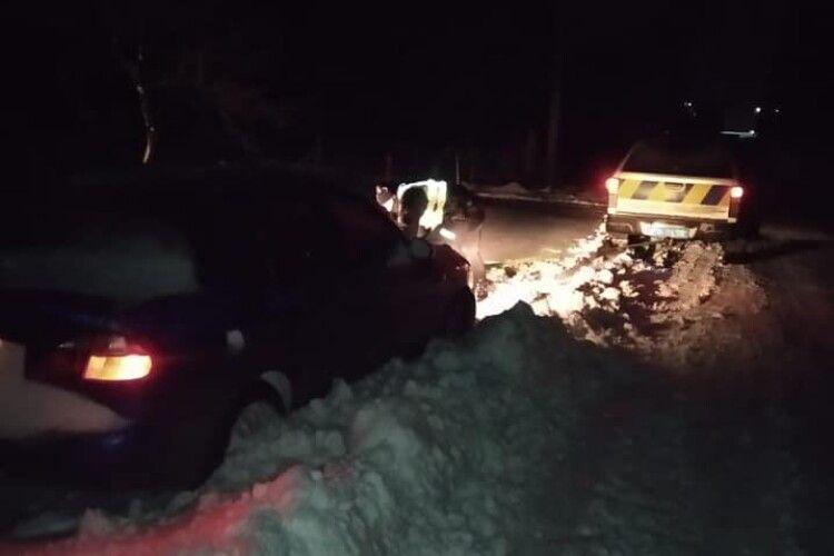 Волинські поліцейські о четвертій ночі буксирували машину зі снігової кучугури (Фото)
