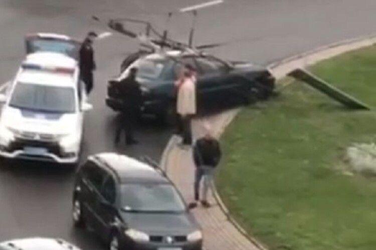 ДТП у Луцьку: водій на авто збив дорожній знак (відео)