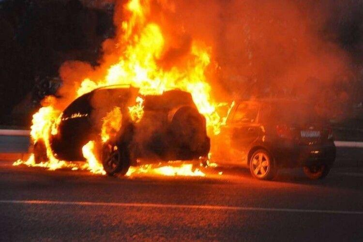 Подружжя врятували зпалаючого автомобіля