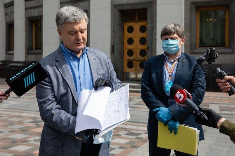 Лікарі мають отримати 300% доплати і мають бути застраховані – Порошенко передав підписні листи за позачергове засідання парламенту