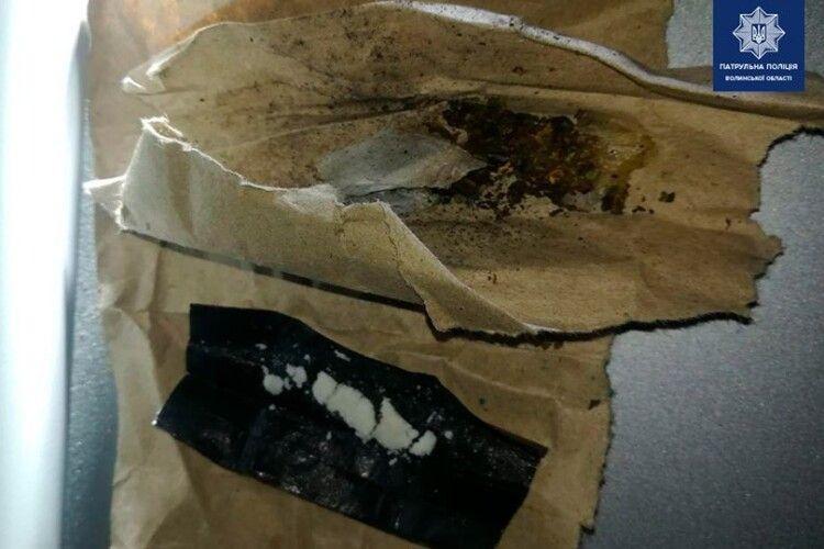У центрі Луцька серед ночі патрульні спіймали чоловіка з наркотиками