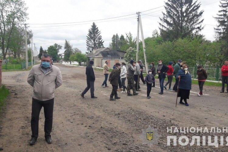 На Рівненщині селяни перекрили дорогу, протестуючи проти хижацької вирубки лісів та руйнування шляхів лісовозами (Фото)