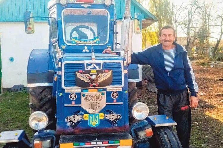 Волинянин три роки обліплює трактор наклейками,  щоб той... не перестав їздити