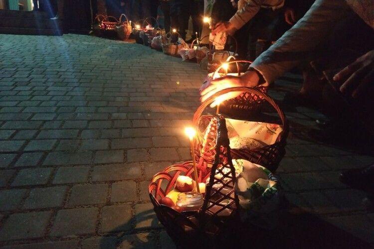 Море вогнів: як у маленькому селі на Волині на всенічній святили паски (Фото)