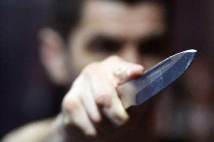 Чоловік викликав медиків, бо «отримав ножове поранення в серце і втрачає свідомість»