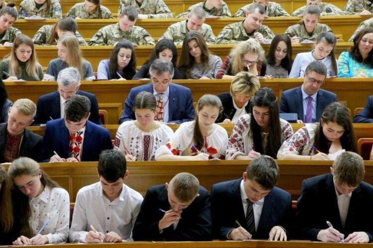 «Українська мова – червона ниточка, що з'єднує»: як писали диктант національної єдності в окупації