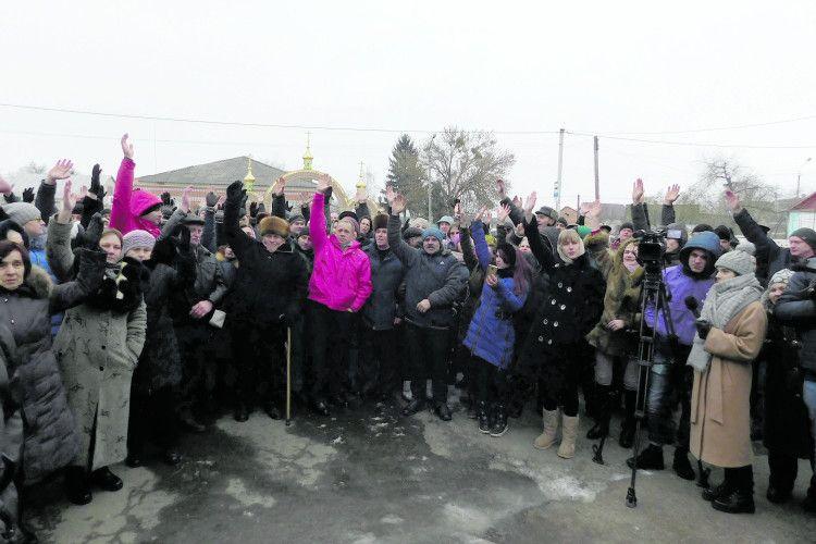 Навіть «тітушки» незавадили громаді Скобелки перейти доПравославної церкви України