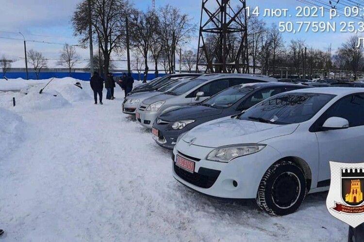 Луцькі муніципали масово поштрафували водіїв, які приїхали на «Автобазар» (Фото)