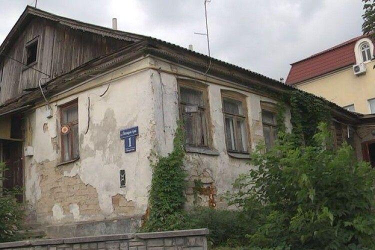 Чи валиться 100-річний будинок в центрі Луцька: що каже комісія