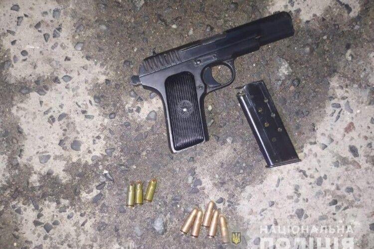 У Луцьку чоловік з пістолетом сів у авто 23-річного хлопця і погрожував підірвати його гранатою