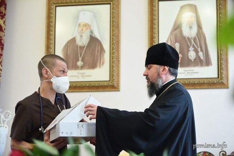 Митрополит Епіфаній у день своїх іменин подарував медобладнання лікарні