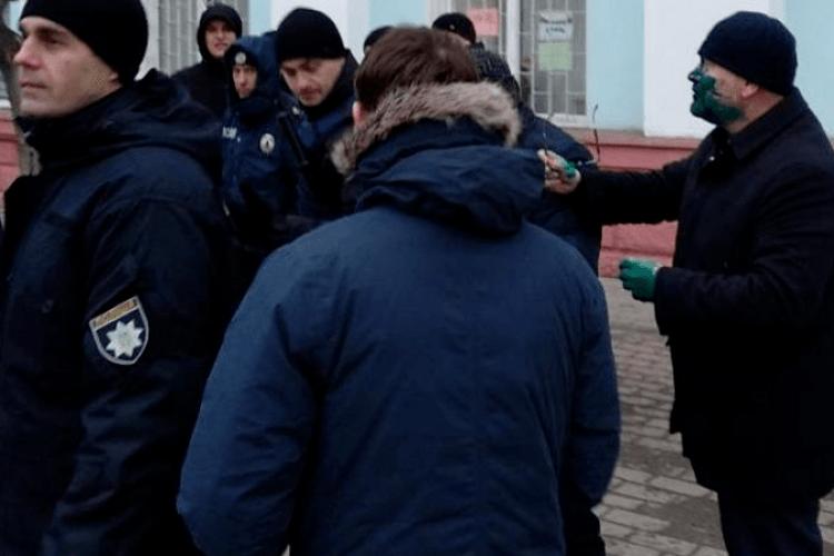 У Бердянську Вілкула облили зеленкою (відео)