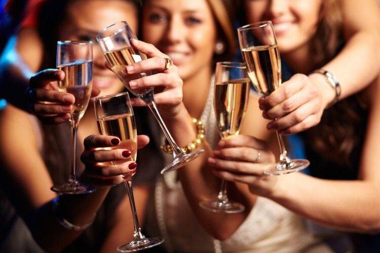 Сьогодні ідеальний вечір, щоб відзначити День шампанського та самотніх працюючих жінок