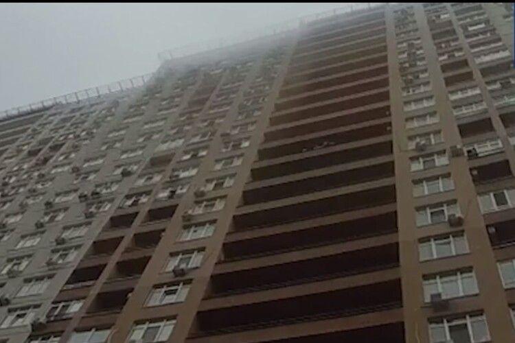 Патрульний на льоту спіймав жінку, яка стрибнула з балкону 15 поверху... (Відео)
