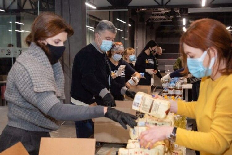 Мільйони гривень: у Порошенка продовжують допомагати пенсіонерам і родинам загиблих воїнів
