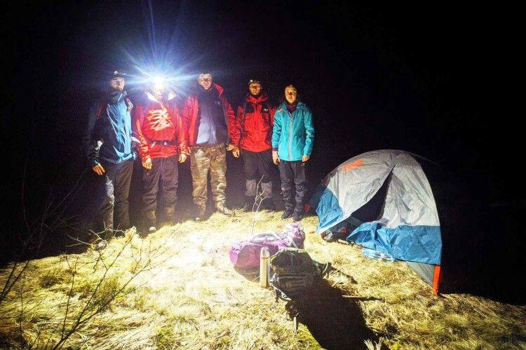 Бійцям ДСНС посеред ночі довелося знімати з гір змерзлу та налякану 27-річну туристку, яка вирішила самотужки підкорити Карпати