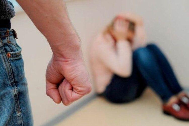 Чоловік добу знущався з вагітної дружини: момент потрапив на камеру (Відео 18+)