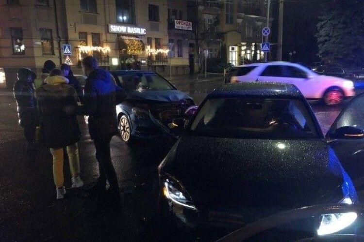 У центрі Луцька зіткнулися Volkswagen і Mercedes (Фото)