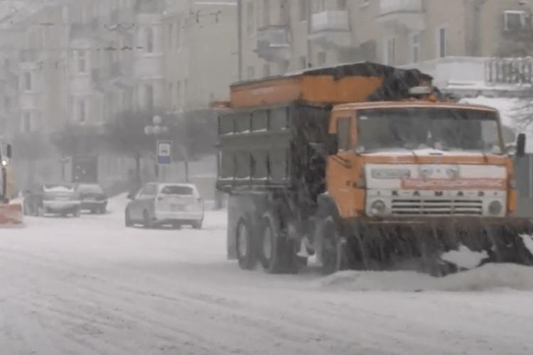Як у Луцьку чистять від снігу дороги (Відео)
