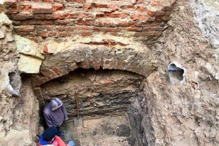 У Львові археологи знайшли монастирську крипту з людськими останками (ФОТО)