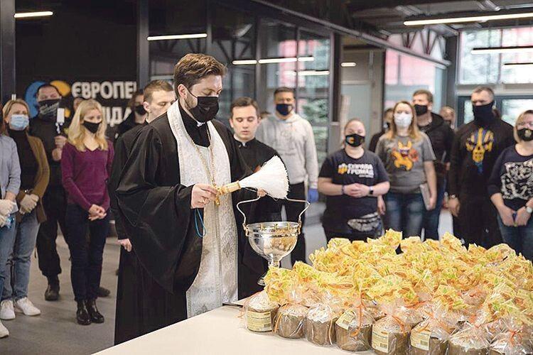 Тим, хто потребує, передадуть 5 тисяч продуктових наборів і пасок від Фонду Порошенка та небайдужих українців